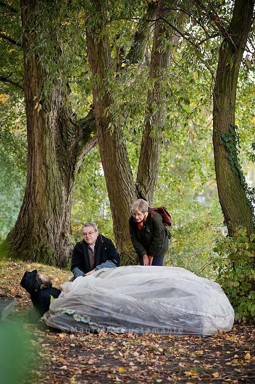 Psychiaterin Dorothee Freudenberg und Straßensozialarbeiter Thomas Kanehl sprechen mit einem Obdachlosen an seinem Stammplatz an der Alster.