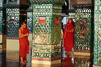 Myanmar (ex Birmanie), Mandalay, moines a Mandaly Hill// Myanmar (Burma), Mandalay, monk at Mandalay Hill