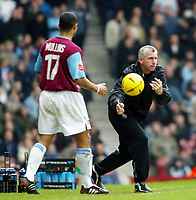 Fotball<br /> Championship 2004/05<br /> West Ham v Cardiff<br /> 6. februar 2005<br /> Foto: Digitalsport<br /> NORWAY ONLY<br /> Alan Pardew tries to get his team moving by passing the ball to Hayden Mullins