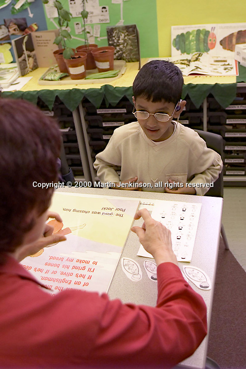 """Teacher signing and using sign graphics to teach hearing impaired pupil during """"Literacy Hour""""....© Martin Jenkinson tel 0114 258 6808  mobile 07831 189363 email admin@pressphotos.co.uk  NUJ recommended terms & conditions apply. Copyright Designs & Patents Act 1988. Moral rights asserted credit required. No part of this photo to be stored, reproduced, manipulated or transmitted by any means without prior written permission."""