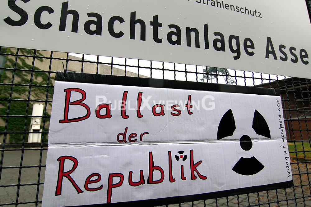 Der Besuch des neuen Bundesumweltministers Peter Altmaier (CDU) im havarierten Atomm&uuml;lllager ASSE II ist rund 150 Demonstranten Anlass, eine schnelle und sichere Bergung des radioaktiven Abfalls zu fordern. <br /> <br /> Ort: ASSE<br /> Copyright: Michaela M&uuml;gge<br /> Quelle: PubliXviewinG