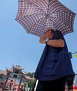 8月29日,在美国加利福尼亚州洛杉矶,民众顶着雨伞遮挡阳光。当日,由于南加州迎来一股热浪,洛杉矶地区的气温高于正常水平18度,许多地区气温将直逼100℉以上。破纪录高的气温将持续至周末,加州能源部敦促民众要自发节省用电。新华社发 (赵汉荣摄)<br /> A man holds an umbrella to shield herself from the sun as he crossing a street on Tuesday, August 29, 2017, in Los Angeles, the United States. Record-breaking heat will persist across Southern California Tuesday, with Los Angeles County temperatures up to 18 degrees above normal, and forecasters issued a heat advisory for the Los Angeles County coast. California energy authorities urged voluntary conservation of electricity Tuesday as a wave of triple-digit heat strained the state's power grid. (Xinhua/Zhao Hanrong)(Photo by Ringo Chiu)<br /> <br /> Usage Notes: This content is intended for editorial use only. For other uses, additional clearances may be required.