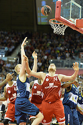 31.05.2014, Audi Dome, Muenchen, GER, Beko Basketball BL, FC Bayern Muenchen Basketball vs EWE Baskets Oldenburg, Halbfinale, im Bild Phlipp Neumann (EWE Baskets Oldenburg)m John Bryant (FC Bayern Muenchen Basketball), v.li. Aktion, // during the Beko Basketball Bundes league semifinal match between FC Bayern Munich Basketball and EWE Baskets Oldenburg at the Audi Dome in Muenchen, Germany on 2014/05/31. EXPA Pictures © 2014, PhotoCredit: EXPA/ Eibner-Pressefoto/ Buthmann<br /> <br /> *****ATTENTION - OUT of GER*****