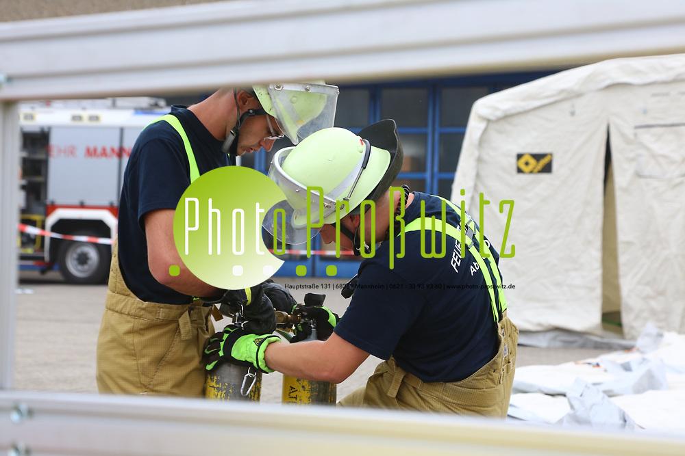 Mannheim. 26.08.17 | &Uuml;bung am AB MANV.<br /> K&auml;fertal. Feuerwache Nord. &Uuml;bung von Feuerwehr und ASB am Abrollbeh&auml;lter Massenanfall von Verletzten (AB-MANV).<br /> Die durch die Firma GIMAEX-Schmitz in Luckenwalde ausgebauten AB-MANV verf&uuml;gen &uuml;ber eine umfangreiche technische und medizinische Beladung, die den Aufbau und den Betrieb eines Behandlungsplatzes f&uuml;r insgesamt bis zu f&uuml;nfzig Patienten erm&ouml;glicht.<br /> Als &Uuml;bungsszenario wird eine explosion in einem Kaufhaus dargestellt.<br /> <br /> <br /> <br /> BILD- ID 2310 |<br /> Bild: Markus Prosswitz 26AUG17 / masterpress (Bild ist honorarpflichtig - No Model Release!)