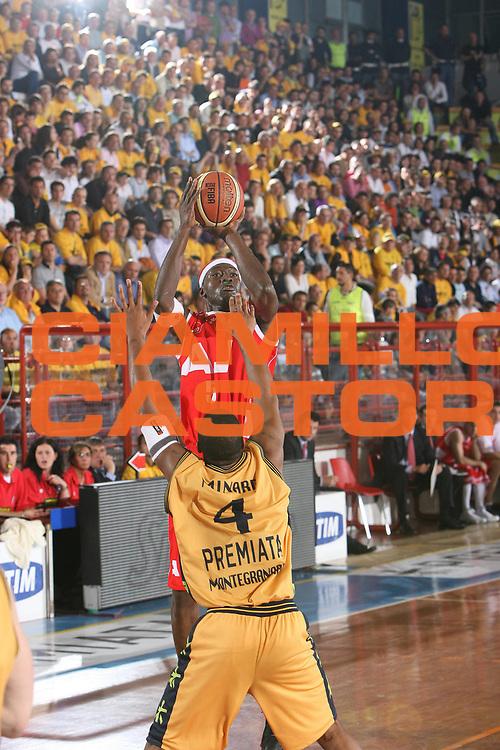DESCRIZIONE : Porto San Giorgio Lega A1 2007-08 Playoff Quarti Di Finale Gara 3 Premiata Montegranaro Armani Jeans Milano <br /> GIOCATORE : Ansu Sesay <br /> SQUADRA : Armani Jeans Milano <br /> EVENTO : Campionato Lega A1 2007-2008 <br /> GARA : Premiata Montegranaro Armani Jeans Milano <br /> DATA : 14/05/2008 <br /> CATEGORIA : Tiro <br /> SPORT : Pallacanestro <br /> AUTORE : Agenzia Ciamillo-Castoria/G.Ciamillo