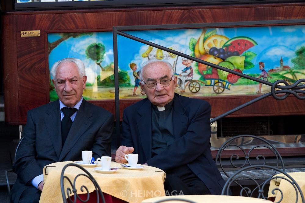 Piazza del Duomo. Don Camillo and Peppone having coffee?