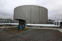 Mannheim. 06.03.17   BILD- ID 058  <br /> Friesenheimer Insel. BASF Anlage. Produktion im Werksteil Friesenheimer Insel. <br /> In den Produktionsanlagen der BASF werden Rohstoffe durch chemische Reaktionen in<br /> andere Stoffe umgewandelt. Dies geschieht bei den Anlagen im Werksteil Friesenheimer<br /> Insel im st&auml;ndigen Durchlauf (kontinuierliche Produktion). Dabei laufen die Reaktionen<br /> unter hohem Druck und erh&ouml;hter Temperatur ab. Einsatzstoffe und erzeugte Stoffe werden<br /> zwischengelagert und per Rohrleitung, Tankschiff, Kesselwagen und Tankzug bezogen oder abtransportiert. <br /> - &Ouml;lhafen<br /> Bild: Markus Prosswitz 06MAR17 / masterpress (Bild ist honorarpflichtig - No Model Release!)