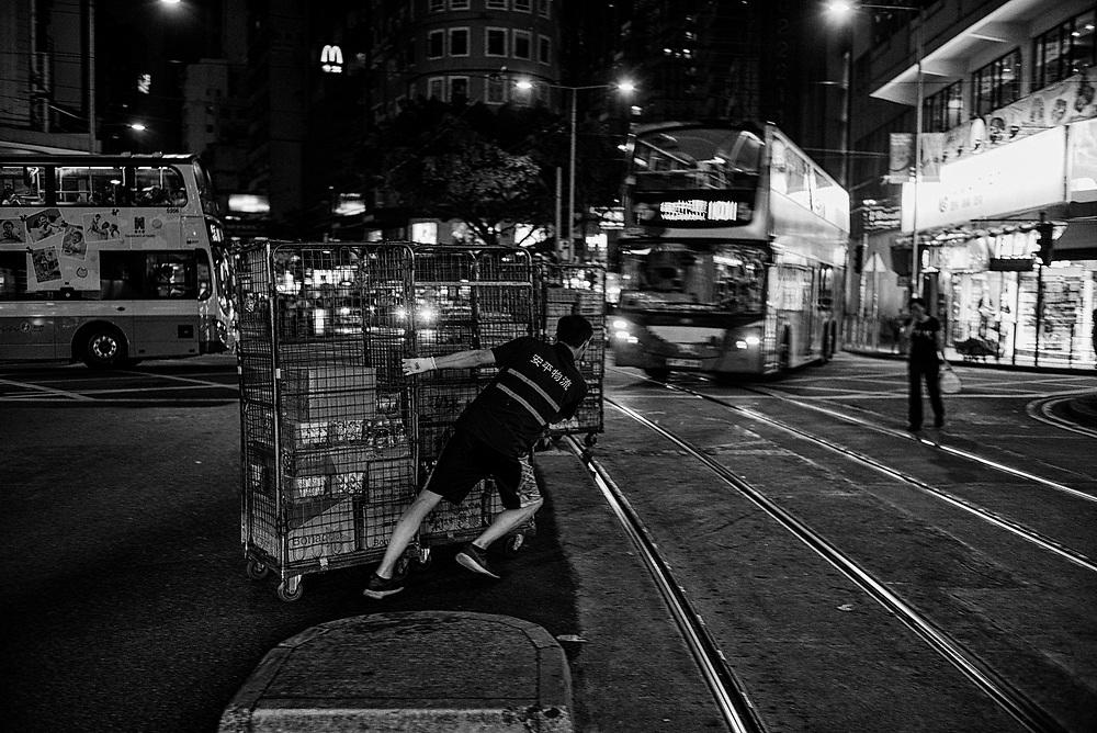 Hong Kong | 06.05.2017: Hong Kong <br /> <br /> hier: Warenlieferung per Gitterbox<br />  <br /> Sascha Rheker<br /> 20170506<br /> <br /> [Inhaltsveraendernde Manipulation des Fotos nur nach ausdruecklicher Genehmigung des Fotografen. Vereinbarungen ueber Abtretung von Persoenlichkeitsrechten/Model Release der abgebildeten Person/Personen liegt/liegen nicht vor.]