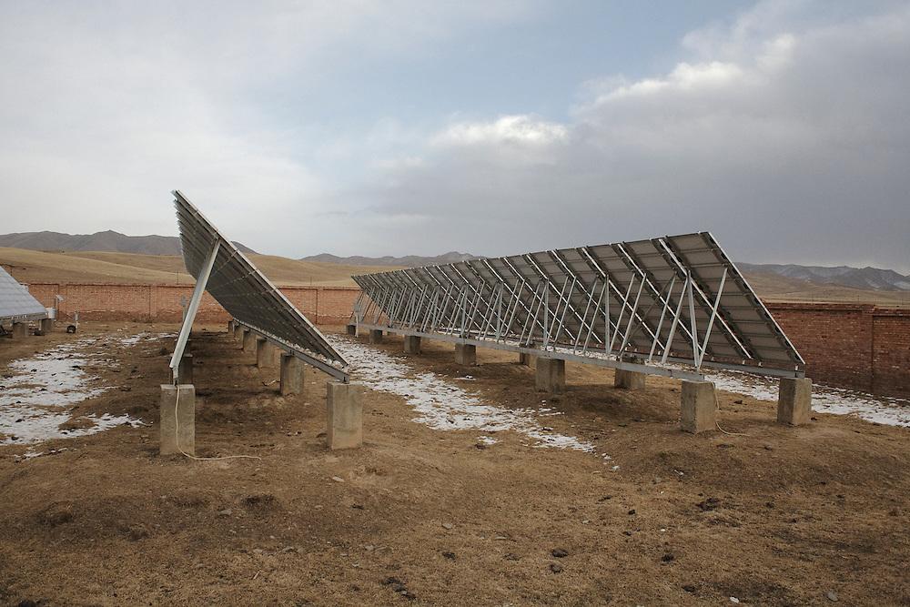 La station solaire construite pour alimenter le village de Chunaq Chuba. decembre 2009