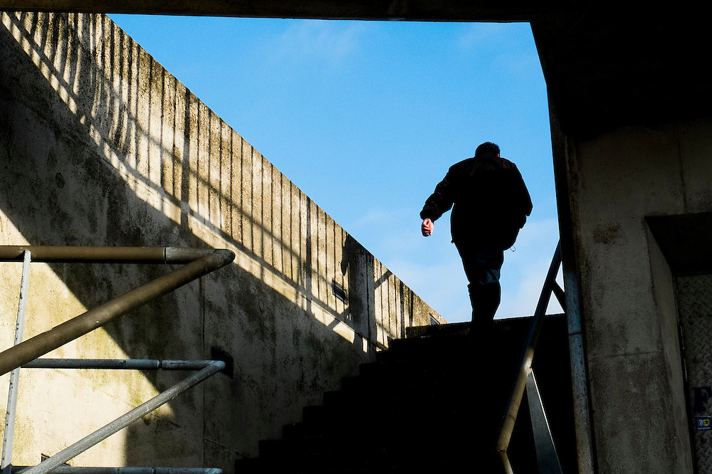 Nederland,  Rotterdam, 2 febr 2014<br /> Erasmusbrug. Man loopt trap op <br /> Foto: Michiel Wijnbergh