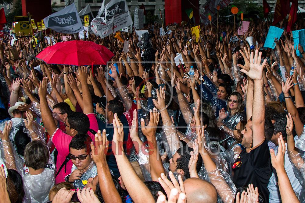 São Paulo (SP) 20/03/2015 - Manifestantes se reuniram na tarde de sexta feira para reivindicar salario , emprego agua para todos e melhores condições de trabalho para os professores . Eles seguiram pela Av. Paulista desceram a Rua da Consolação e foram até a Paça da Repulblica. Foto: Adolfo Lima/Frame