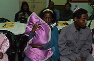 """arrival of new immigrants from Ethiopia, """"Falashmuras"""": Christians converted to Judaism  givaat amatos, Jerusalem  Israel     /// arrivee de nouveau amigrants  """"Falashmuras"""" d'Etiopie   givaat amatos, Jerusalem  Israel Chretiens  du Gundar en cours de conversion au judaisme descendant de la tribu de Dan  /// R00287/    L004319  /  P0007180"""