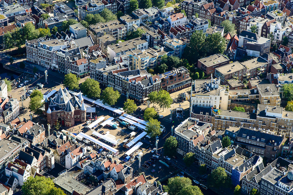 Nederland, Noord-Holland, Amsterdam, 27-09-2015; Nieuwmarktbuurt, voormalige Jodenbuurt. Nieuwmarkt met rond De Waag zondagsmarkt. Kloverniersburgwal, gebouw De Flesseman.<br /> Overview former Jewish quarter, Nieuwmarkt quarter.<br /> luchtfoto (toeslag op standard tarieven);<br /> aerial photo (additional fee required);<br /> copyright foto/photo Siebe Swart