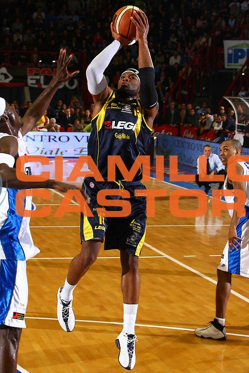 DESCRIZIONE : Napoli Lega A1 2006-07 Eldo Napoli Legea Scafati <br /> GIOCATORE : Martinez<br /> SQUADRA : Legea Scafati<br /> EVENTO : Campionato Lega A1 2006-2007 <br /> GARA : Eldo Napoli Legea Scafati <br /> DATA : 10/12/2006 <br /> CATEGORIA : Tiro<br /> SPORT : Pallacanestro <br /> AUTORE : Agenzia Ciamillo-Castoria/E.Castoria