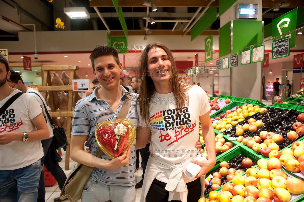 Roma 7 Maggio 2011.Flash mob non solo di baci..Per i diritti delle persone LGTB e per lanciare l'iniziativa dell'Europride 2011,  organizzato dai volontari del Circolo di Cultura Omosessuale Mario Mieli al centro commerciale EUROMA2. Shopping gay e lesbo