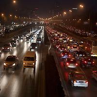 BEIJING, 15.1.2013 : Zig -Tausende Autos im Pekinger Strassenverkehr am fruehen Abend. Der zunehmende Autoverkehr ist einer der Gruende fuer den Smog.