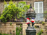 Nantes: Parc Cambronne. Fontaine Wallace.<br /> Les&nbsp;fontaines Wallace&nbsp;sont des points d'eau potable&nbsp;publics qui se presentent sous la forme de petits&nbsp;edicules&nbsp;en&nbsp;fonte&nbsp;presents dans plusieurs villes dans le monde.<br /> Dessinees par&nbsp;Charles-Auguste Lebourg, elles tiennent leur nom de&nbsp;Richard Wallace, le&nbsp;philanthrope&nbsp;britannique&nbsp;qui finan&ccedil;a leur edification. <br /> Elles sont souvent associees par les etrangers a l&rsquo;image de&nbsp;Paris, car c&lsquo;est dans cette ville qu'elles furent implantees en premier.