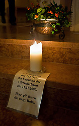 """11.11.2010, Gedenkstätte, Kaprun, AUT, Kaprun Katastrophe, 10 Jahre Gedenkfeier, im Bild eine Aufschrift mit den Worten """"Wir gedenken den 155 Opfer des Unglücks der Gletscherbahn am 11.11.2000 - Herr, gib ihnen die ewige Ruhe!"""" mit einer Kerze und einem Gesteck // A Paper with the words: """"We remember the 155 victims of the disaster of the glacier on 11.11.2000 - Lord, grant them eternal rest"""" during the 10th Anniversery of the Kaprun Desaster, EXPA Pictures © 2010, PhotoCredit: EXPA/ J. Feichter / SPORTIDA PHOTO AGENCY"""