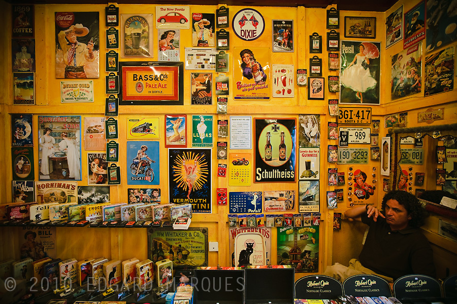 Reproducciones de placas de anuncios vintage son el atractivo del Twist and Shop.