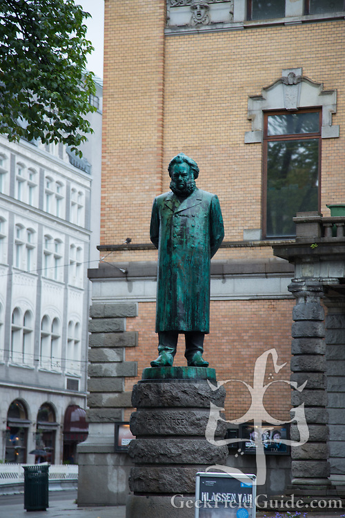 Statue posed in front of the Oslo National Theater