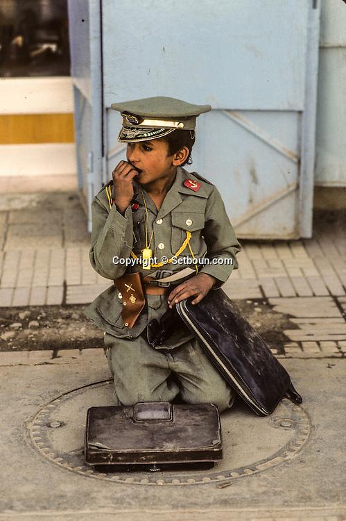Yemen. Sanaa. little boy dressed as the president Saleh in the streets       /   scènes de rue a Sanaa  petit garcon habille comme le president Saleh