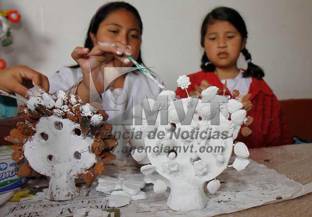 Toluca, México.- Niños y niñas se divierten y aprenden en estas vacaciones dejando volar su imaginación creando alebrijes y pintando en barro, dentro de las  actividades que ofrece en esta temporada el Museo de Culturas Populares. Agencia MVT / Crisanta Espinosa