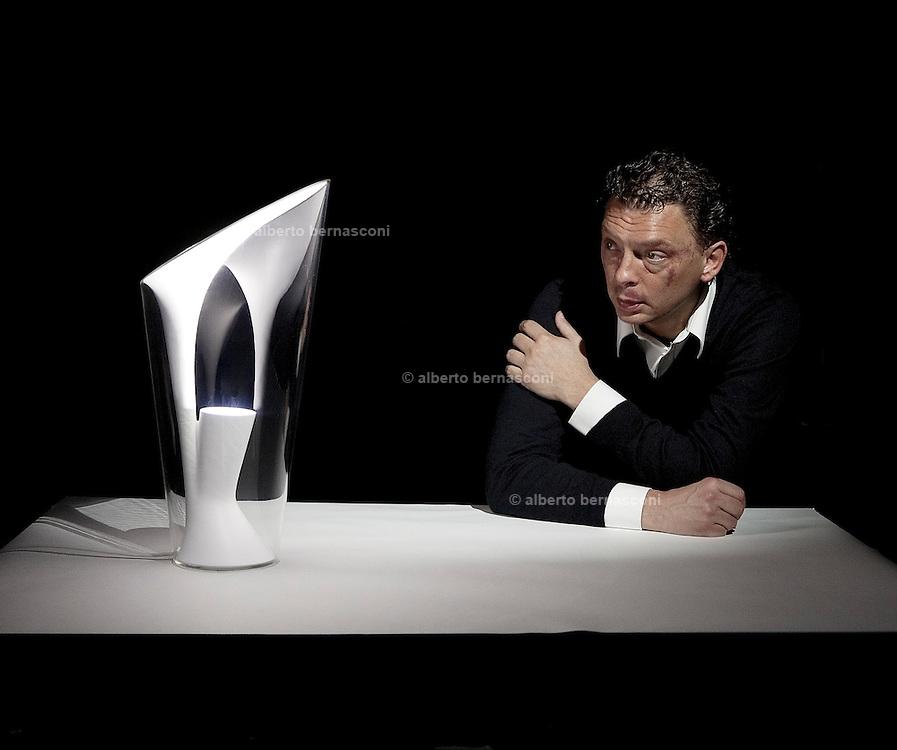 Bovezzo Brescia, Piero Gandini, Presidente della Flos con la lampadaReflect 299 di Philippe Starck.