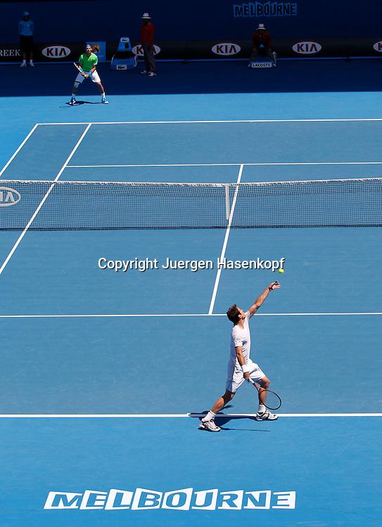 Australian Open 2012, Melbourne Park,ITF Grand Slam Tennis Tournament , vorne Tommy Haas(GER),hinten Rafael Nadal (ESP),Aktion,von oben,. Uebersicht,Einzelbild,Ganzkoerper,Hochformat,