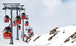 THEMENBILD - Kabinen und Liftstützen einer Gondelbahn in felsigem Gelände aufgenommen am 10. April 2017 am Kitzsteinhorn Gletscher, Kaprun Österreich // Cabins of a gondolalift with rocky terrain at the Kitzsteinhorn Glacier Ski Resort, Kaprun Austria on 2017/04/10. EXPA Pictures © 2017, PhotoCredit: EXPA/ JFK