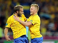 Fotball<br /> EM 2012<br /> 15.06.2012<br /> England v Sverige<br /> Foto: Witters/Digitalsport<br /> NORWAY ONLY<br /> <br /> 2:1 Jubel v.l. Torschuetze Olof Mellberg, Sebastian Larsson (Schweden)<br /> Fussball EURO 2012, Vorrunde, Gruppe D, Schweden - England 2:3