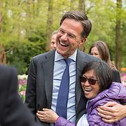 NLD/Lisse/20190417 - Minister Rutte doopt tulp inde Keukenhof, Minister Rutte gaat op de foto met een tourist in de Keukenhof