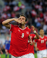 Alex Frei (SUI) jubelt nach seinem Tor zum 1:0 und verteilt Kuesse ans Publikum © Urs Bucher/EQ Images