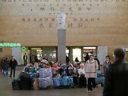 Wartehalle des Lenigrader Bahnhofs. Der Leningrader Bahnhof (Leningradsky wokzal) ist ein Kopfbahnhof und Endpunkt der Bahnstrecke Sankt Petersburg-Moskau. Namensgebend für ihn ist Leningrad, wie die Stadt Sankt Petersburg, in der diese Strecke beginnt, von 1924 bis 1991 hieß. Das Bahnhofsgebäude liegt am Komsomolskaja-Platz, dem wichtigsten Schienenverkehrsknotenpunkt der Stadt, an dem sich auch der Kasaner und der Jaroslawler Bahnhof sowie der Regionalbahnhof Kalantschowskaja befinden.<br /> <br /> Waiting hall of the Leningradsky Rail Terminal. The Leningradsky Rail Terminal (Leningradsky vokzal) is the oldest of Moscow's nine principal railway stations. The station was constructed between 1844 and 1851 to an eclectic design by Konstantin Thon as the terminus of the Moscow-Saint Petersburg Railway, a pet project of Emperor Nicholas I. Regular connection was opened in 1851. Upon the Emperor's death five years later, the station was named Nikolayevsky after him and retained this name until 1924, when the Bolsheviks renamed it Oktyabrsky Station, to commemorate the October Revolution. The present name was given a year later when the city of Petrograd became Leningrad.