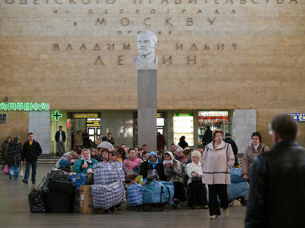 Wartehalle des Lenigrader Bahnhofs. Der Leningrader Bahnhof (Leningradsky wokzal) ist ein Kopfbahnhof und Endpunkt der Bahnstrecke Sankt Petersburg-Moskau. Namensgebend f&uuml;r ihn ist Leningrad, wie die Stadt Sankt Petersburg, in der diese Strecke beginnt, von 1924 bis 1991 hie&szlig;. Das Bahnhofsgeb&auml;ude liegt am Komsomolskaja-Platz, dem wichtigsten Schienenverkehrsknotenpunkt der Stadt, an dem sich auch der Kasaner und der Jaroslawler Bahnhof sowie der Regionalbahnhof Kalantschowskaja befinden.<br /> <br /> Waiting hall of the Leningradsky Rail Terminal. The Leningradsky Rail Terminal (Leningradsky vokzal) is the oldest of Moscow's nine principal railway stations. The station was constructed between 1844 and 1851 to an eclectic design by Konstantin Thon as the terminus of the Moscow-Saint Petersburg Railway, a pet project of Emperor Nicholas I. Regular connection was opened in 1851. Upon the Emperor's death five years later, the station was named Nikolayevsky after him and retained this name until 1924, when the Bolsheviks renamed it Oktyabrsky Station, to commemorate the October Revolution. The present name was given a year later when the city of Petrograd became Leningrad.