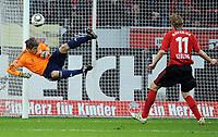Fotball<br /> Tyskland<br /> 10.04.2010<br /> Foto: Witters/Digitalsport<br /> NORWAY ONLY<br /> <br /> Szene zum 1:1 Freistoss von Toni Kroos an den Pfosten, Torwart Joerg Butt Bayern, Stefan Kiessling Bayer<br /> <br /> Bundesliga Bayer 04 Leverkusen - FC Bayern München