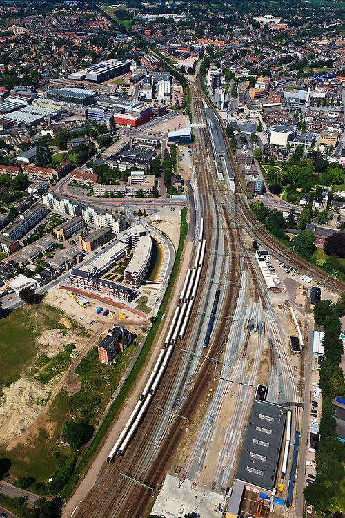 Nederland, Overijssel, Hengelo, 30-06-2011; spoorknooppunt Hengelo met boven het midden het station. Linksboven spoorlijn naar Zutphen, rechtsboven naar Almelo, linksonder naar Enschede, midden rechts naar Oldenzaal / Bad Bentheim..Hengelo railway junction with above the middle the station. Top left line to Zutphen, right to Almelo, Enschede to left, center right to Oldenzaal / Bad Bentheim..luchtfoto (toeslag), aerial photo (additional fee required).copyright foto/photo Siebe Swart