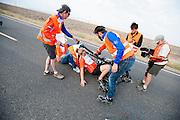 Lieske Yntema stapt in de VeloX V. Op maandagochtend vinden de kwalificaties plaats. Het team slaagt er door valpartijen niet in om de rijders en de VeloX V te kwalificeren. Het Human Power Team Delft en Amsterdam (HPT), dat bestaat uit studenten van de TU Delft en de VU Amsterdam, is in Amerika om te proberen het record snelfietsen te verbreken. Momenteel zijn zij recordhouder, in 2013 reed Sebastiaan Bowier 133,78 km/h in de VeloX3. In Battle Mountain (Nevada) wordt ieder jaar de World Human Powered Speed Challenge gehouden. Tijdens deze wedstrijd wordt geprobeerd zo hard mogelijk te fietsen op pure menskracht. Ze halen snelheden tot 133 km/h. De deelnemers bestaan zowel uit teams van universiteiten als uit hobbyisten. Met de gestroomlijnde fietsen willen ze laten zien wat mogelijk is met menskracht. De speciale ligfietsen kunnen gezien worden als de Formule 1 van het fietsen. De kennis die wordt opgedaan wordt ook gebruikt om duurzaam vervoer verder te ontwikkelen.<br /> <br /> The qualifying on Monday. The team didn't qualify due to crashes. The Human Power Team Delft and Amsterdam, a team by students of the TU Delft and the VU Amsterdam, is in America to set a new  world record speed cycling. I 2013 the team broke the record, Sebastiaan Bowier rode 133,78 km/h (83,13 mph) with the VeloX3. In Battle Mountain (Nevada) each year the World Human Powered Speed Challenge is held. During this race they try to ride on pure manpower as hard as possible. Speeds up to 133 km/h are reached. The participants consist of both teams from universities and from hobbyists. With the sleek bikes they want to show what is possible with human power. The special recumbent bicycles can be seen as the Formula 1 of the bicycle. The knowledge gained is also used to develop sustainable transport.