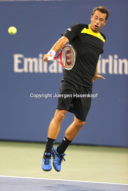US Open 2012, USTA Billie Jean King National Tennis Center, Flushing Meadows, New York,ITF Grand Slam Tennis Tournament,.Philipp Kohlschreiber (GER) springt hoch nach einem Rueckhandschlag,.Aktion,Einzelbild,Ganzformat,Hochkoerper,einhaendig,Dynamik,
