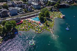 THEMENBILD - Menschen mit Sonnenschirmen am Strandbad am Zeller See, aufgenommen am 30. Juni 2019 in Zell am See, Österreich // People with sun umbrellas at the beach bath at the lake of Zell, Zell am See, Austria on 2019/06/30. EXPA Pictures © 2019, PhotoCredit: EXPA/ JFK