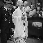 Her ankommer Hendes Majestæt Dronning Margrethe II flankeret af oberst, kammerherre Lasse Harkjær.