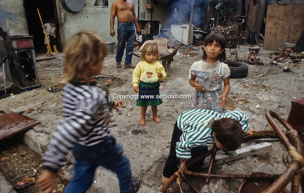 France. Marseille. the renaude , north area suburbs. gypsies  Marseille  France    /cite la Renaude  dans les quartiers nord.  Des gitans  Marseille  France  /R00015/23    L2821  /  P0004027