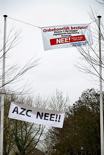 Nederland, the Netherlands, Geldermalsen, 18-12-2015Tegenstanders van de opvang voor vluchtelingen, azc, hebben spandoeken en protestleuzen in het dorp opgehangen. Na een geweldadige demonstratie afgelopen woensdag is het besluit de besluitvorming, uitgesteld.Geldermalsen, the Netherlands,Demonstration, protest, against the sheltering in a tentcamp near Geldermalsen. In Holland the growing number of refugees forces the government to house them in big centers. Some citizens do not approve and made a violent protest last wendsday.FOTO: FLIP FRANSSEN