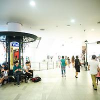 Bangkok, Thailande 23 mars 2014 - Dernier-nÈ des centres commerciaux de Bangkok, le Terminal 21 est un endroit atypique. Construit et modÈlisÈ ‡ líimage díun aÈroport, il permet ‡ ses visiteurs de faire escale dans les plus belles capitales du monde tout en faisant leurs emplettes. Le Terminal 21 Bangkok propose aux ´ shoppers ª de faire un voyage dans le voyage, Les escalators invitent les visiteurs ‡ accÈder aux portes díembarquements de chaque Ètage ou ville, portes díentrÈe aux nombreuses boutiques que compte le Terminal 21. On remarquera la prÈsence díun panneau ´ arrivÈe ª (arrival) ‡ la fin de chaque escalator pour signaler aux visiteurs quíils sont bien arrivÈs dans une nouvelle destination.
