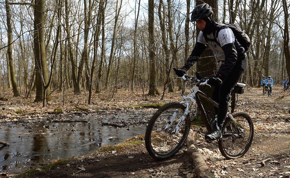 01-04-2013 ALGEMEEN: WE BIKE 2 CHANGE DIABETES: ARNHEM<br /> In de bossen bij Papendal werd de tweede meeting van de BvdGf gehouden met een fotosessie en een stukje biken / Erik<br /> &copy;2013-FotoHoogendoorn.nl