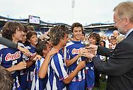 30-08-2008 VOETBAL:AUDAX JEUGDTOERNOOI 2008:TILBURG<br /> Voorzitter Hans Verbunt overhandigt de eerste prijs aan de C pupillen van Porto<br /> Foto: Geert van Erven