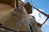 Monteruga, 02 gennaio 2013..Località disabitata del comune di Veglie in provincia di Lecce..Sorta nel ventennio fascista, è un tipico esempio di villaggio dell'Ente Riforma. Si sviluppò in seguito alla riforma fondiaria del 1950 quando numerosi terreni agricoli furono espropriati ed assegnati ai contadini che qui vi si stabilirono. La storia di Monteruga come centro abitato termina con la privatizzazione dell'azienda agricola negli anni ottanta; restano, a testimonianza di un recente passato, gli alloggi, la scuola, la piazza centrale, la chiesa intitolata a sant'Antonio Abate. Il toponimo allude ad un colle solcato da un fosso..(fonte testo:  wikipedia.it)