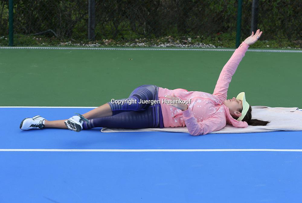 Tennis Profi Julia Goerges (GER) im Trainingslager,Algarve,Portugal,<br /> Julia beim aufwaermen,liegt auf dem Boden,Uebung,Stretching,warm machen,<br /> Einzelbild,Ganzkoerper,Querformat,