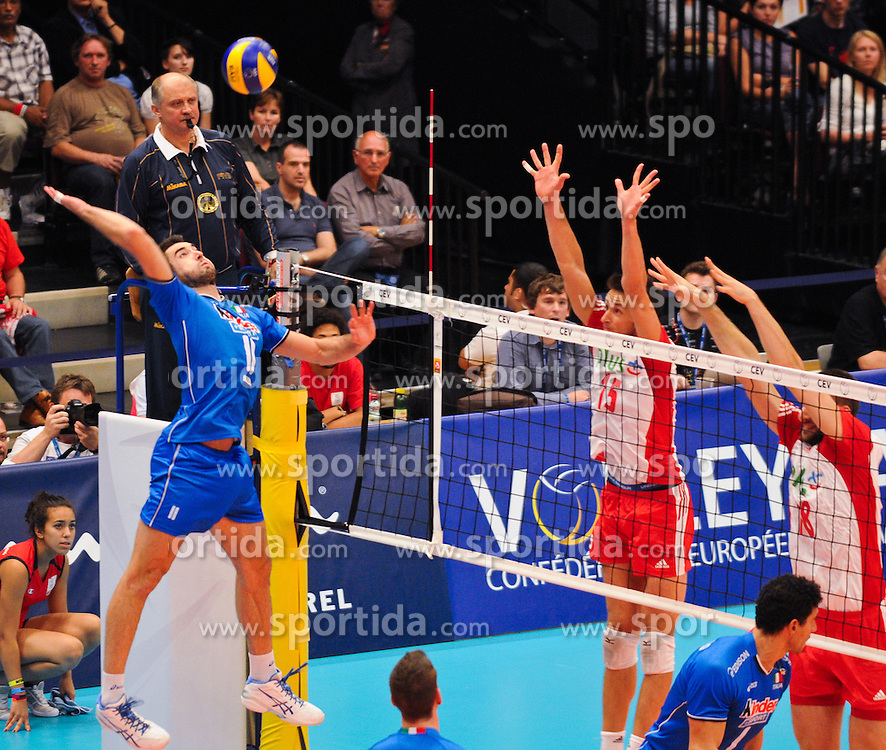 17.09.2011, Stadthalle, Wien, AUT, CEV, Europaeische Volleyball Meisterschaft 2011, Halbfinale, Italien vs Polen, im Bild Cristian Savani, (ITA, #11, Wing-Spiker) gegen Tomasz Lukasz Zygadlo, (POL, #15, Setter) und Marcin Mozdzonek, (POL, #18, Middle-Blocker) // during the european Volleyball Championship Semi Final Italy vs Poland, at Stadthalle, Vienna, 2011-09-17, EXPA Pictures © 2011, PhotoCredit: EXPA/ M. Gruber