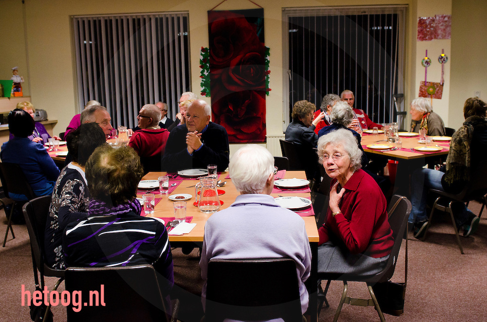 Nederland, deventer 24noc 2011 maandelijkse eetclub bij het leger des heils in deventer