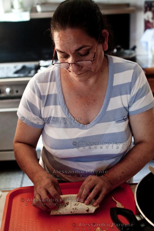 I pasti nella casa vengono serviti due volte al giorno, sono pasti poveri ma sufficienti.